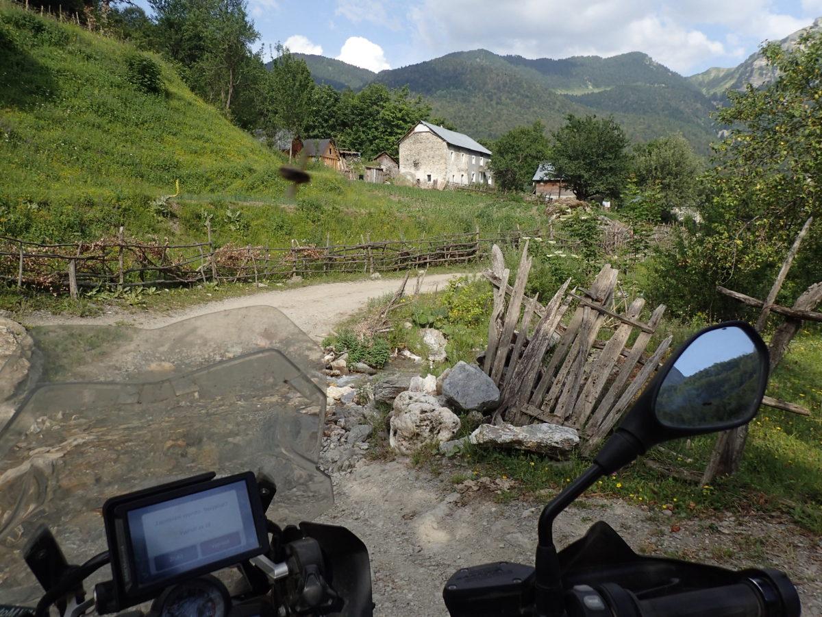 Poslední albánská vesnička, spíše několik domů vysoko v horách.
