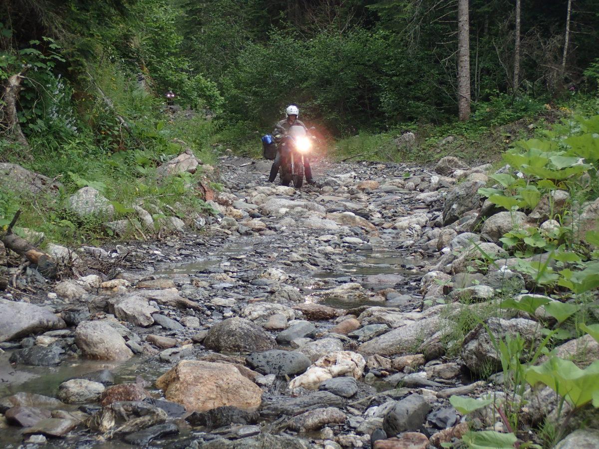 Sjezd do Černé Hory je místy hodně kamenitý